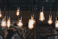 świecące żarówki